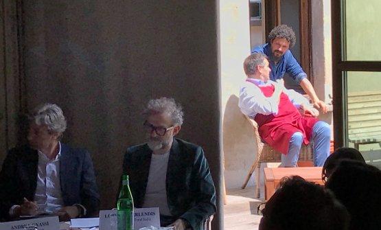 La presentazione di Al Mèni: Massimo Bottura al tavolo, ma dietro alla tenda spunta Piergiorgio Parini(foto Carlo Passera)