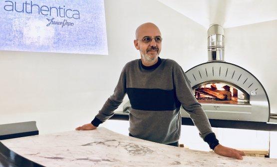 Franco Pepe davanti al cuore di Authentica, la sala privata inaugurata in via informale il 7 dicembre, un forno per sfornare pizze per un massimo di 10 commensali
