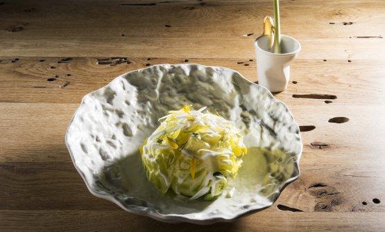 Ave Cesare: Caesar salad di pollo, senape croccante e brodo aromatico