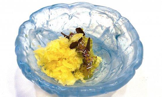 Avocado, cioccolato e frutto della passione Un freschissimo dessert a base di avocado, frutto della passione e cioccolato,finito al tavolo con l'utilizzo dell'apparecchio giapponese
