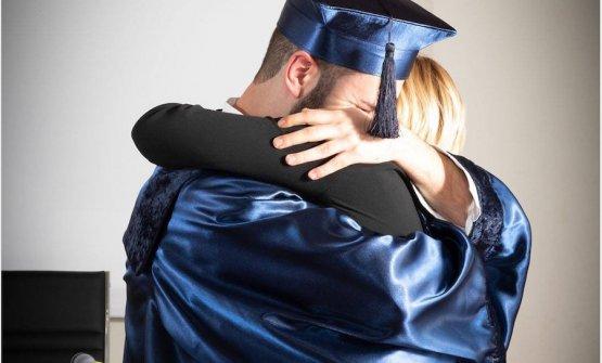 L'abbraccio tra Giacomo Baccelloni e Dominga Cotarella nel giorno della consegna dei diplomi del primo anno di Intrecci, la scuola di alta formazione di sala a Castiglione Teverina (Viterbo)
