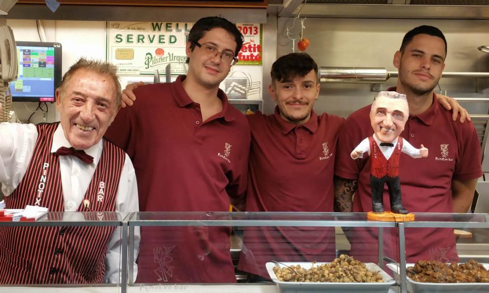 I ragazzi delBar Pinotxo, al Mercato della Boquería di Barcellona. Una sosta imperdibile al mattino, ci racconta Angela Barusi, italiana innamorata della metropoli catalana