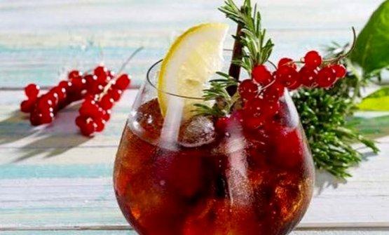 Bb Prime,cocktail a base di Prime Uve Bianche, Pratum, chinotto, lamponi, ribes, mezza fetta di limone e stecco di liquerizia