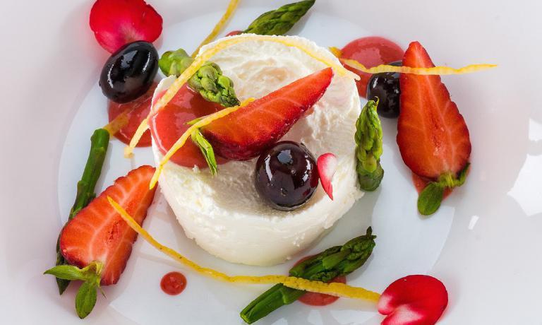 Le Ricottine al limone con asparagi, olive taggiasche e fragole di Giacomo Galeazzi