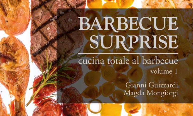 Particolare di copertina di Barbecue Surprise. Cucina totale al barbecue, primo di 3 volumi dedicati all'arte del barbecuecurato da Gianni Guizzardi e Magda Mongiorgi, con 75 ricette di chef come Igles Corelli,Aurora Mazzucchelli e Massimiliano Poggi. Costa 27,50 euro e si può ordinare suwww.bbqsurprise.com,nei negozi di barbecue di tutta Italia epresto anche nelle librerie degliEataly. Informazioni: info@bbqsurprise.com(foto del servizio diRoberto Savio)