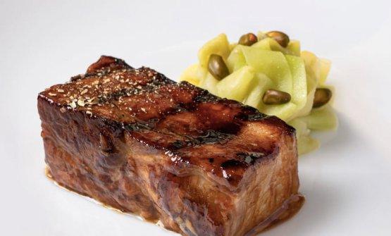 Pancia di maiale iberico, pepe sancho, radice di lattuga e misticanza balsamica