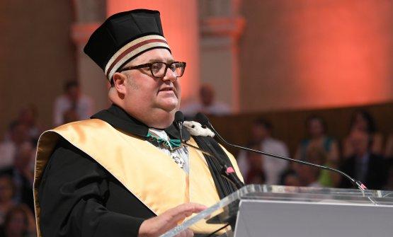 Max Bergami durante una cerimonia di laurea