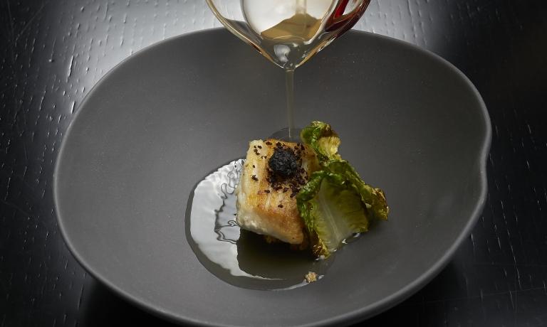Brodo di olive verdi, razza con scarola arrostita, diAndrea Berton del Berton di Milano(fotoMarco Scarpa)