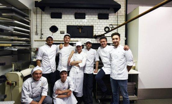 Lo staff della pasticceria davanti allo storico forno