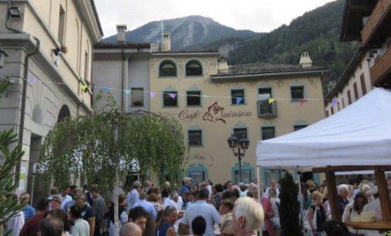 Per celebrare la riapertura, la famiglia Buillas ha offerto una festa a tutto il paese