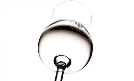 La Trentino Grappa si serve nel bicchiere che è stato appositamente realizzato. E' untulipano alto 16 centimetri, con un'apertura di 4,5 alla bocca e di 6 al panciotto. La forma e le dimensioni sono state studiate per assicurare alla grappa la giusta superficie di ossigenazione e un adeguato ostacolo alla dispersione della componente aromatica