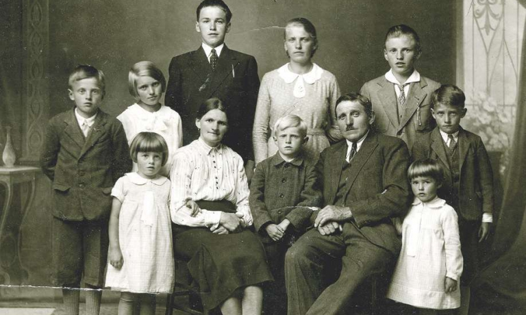 Una foto storica di nonni Joseph e Marianna con i figli