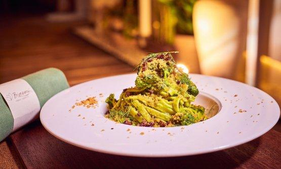 Tagliatelle di Kamut Felicetti incavolate (per via del cavolo nero, ndr) con clorofilla di bietola, broccoli, pane profumato e uvetta