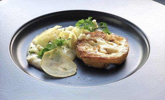 Bistecca di cavolfiore Burro e salvia, bagna cauda montata, chips di Aglione di Valdichiana, cous cous di cavolfiore