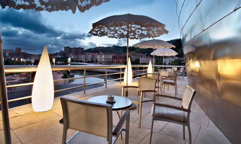 Torniamo per le strade di Bilbao con lo chef Josean Alija, da anni a capo della cucina del Nerua (telefono�+34.944.000430), ospitato all'interno del Guggenheim. Anche il  Bistr� Guggenheim Bilbao, con la sua splendida vista, � tra i luoghi consigliati dalla nostra specialissima guida della citt�
