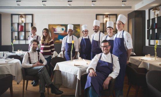 In primo piano a destra, Eugenio Boer, con tutto lo staff del ristorante Essenza, Milano. Seduto al suo fianco, il maitre e sommelierDamian Janczara. Entrambi lasciano l'insegna, gratificata dalla stella Michelin appena due settimane fa