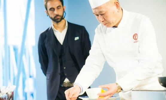 Una foto di qualche anno fa: lo chef Guoqing Zhang, papà di Le, lavora sotto lo sguardo del professor Francesco Boggio Ferraris, direttore della scuola di formazione della Fondazione Italia-Cina
