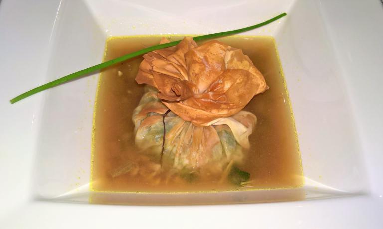 Bonbon di pasta croccante ripieno di macco di fave, ricotta di bufala e gambero rosso, su ristretto di cappone al Marsala