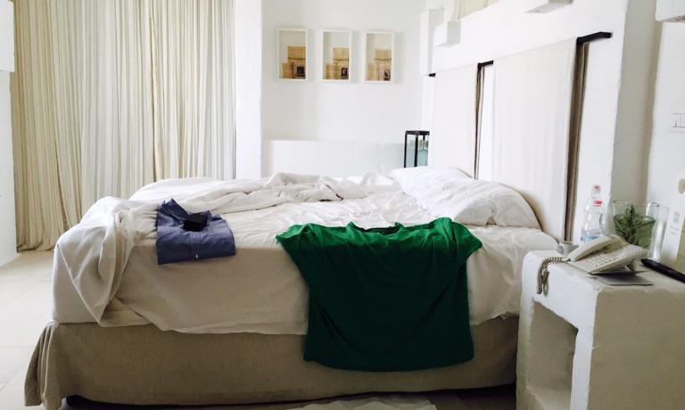 Il letto matrimoniale al primo piano della casetta numero 1 di Borgo Egnazia a Fasano in Puglia