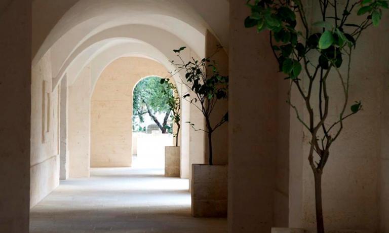 Nella foto scattata dalla giornalista Sonia Gioia, il porticato di Borgo Egnazia, a Fasano in Puglia, che costeggia le botteghe di artigianato e abbigliamento. Oltre il borgo e la piazza centrale