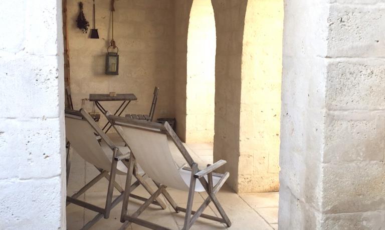 Un paio di sdraio a Borgo Egnazia, un tocco d'altri tempi