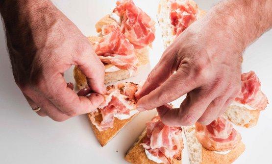 Le mani sono quelle di Renato Bosco, fissate nello scatto mentre preprano l'Aria di pane