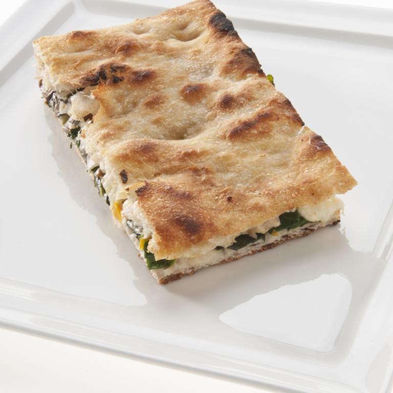 Pizza in teglia alla romana ripiena di verdure di stagione, crema di latte  e mozzarella fiordilatte