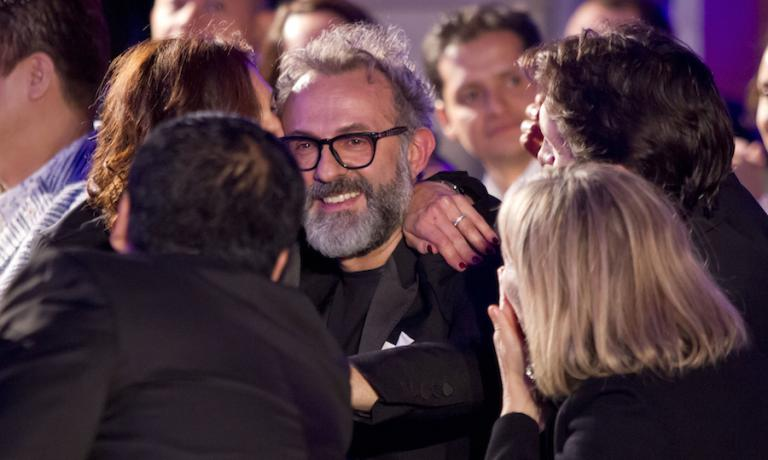 Foto ricordo per Massimo Bottura il 1° giugno 2015 a Londra: sorride felice per essersi issato fino al secondo posto assoluto nella classifica dei 50 Best. Primi i fratelli Roca del Celler de Can Roca a Girona. Copyright Edition Photography