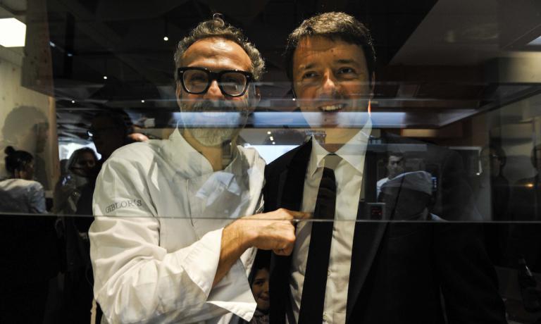 Massimo Bottura e Matteo Renzi al pass della cucina di Identità Expo S.Pellegrino. L'Expo per noi di Identità Golose è iniziato nel segno del tristellato di Modena e di un primo ministro che ha dimostrato di avere a cuore le fortune dell'alta cucina italiana