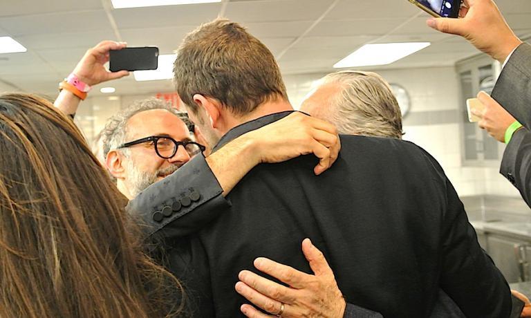 L'abbraccio tra Massimo Bottura, Daniel Humm (il gigante di spalle) e Alain Ducasse a mezzanotte nelle cucina dell'Eleven Madison Park a Manhattan