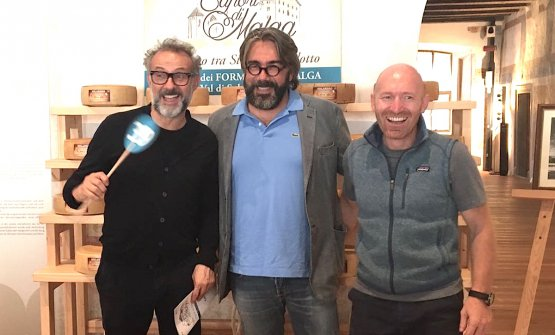 Massimo Bottura, Philippe Léveillé e Alfio Ghezzi hanno partecipato alla terza Asta dei formaggi di malga della Val di Sole e del Trentino, il tutto il 4 settembre al Castello Caldes in Val di Sole