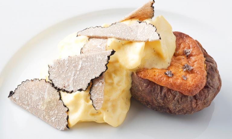La patata che voleva essere un tartufo, uno dei due suoi piatti simbolo che Massimo Bottura ha ricordato nella sua lezione magistrale all'università di Bologna lunedì 6 febbraio. Lo presentò nel 2010 in occasione della prima edizione di Identità Londra nella capitale del Regno Unito