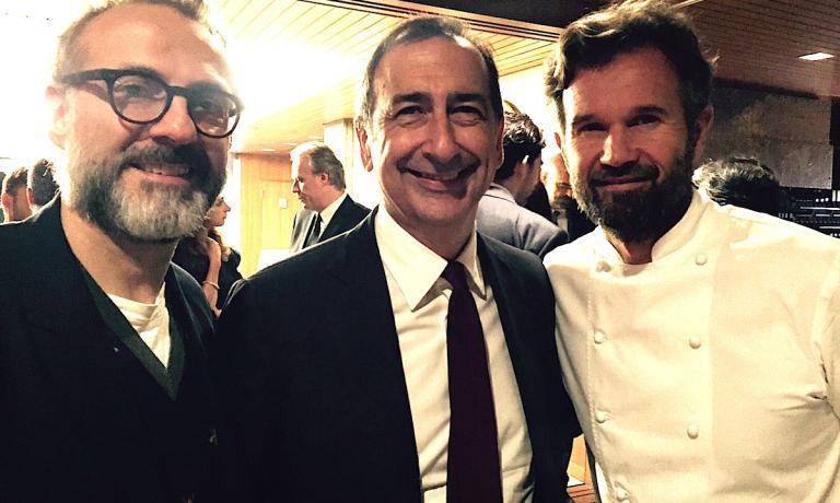 Il sindaco di Milano, Giuseppe Sala, tra Massimo Bottura e Carlo Cracco venerdì 23 settembre alla cena nel segno di Milano all'ambasciata italiana a Tokyo