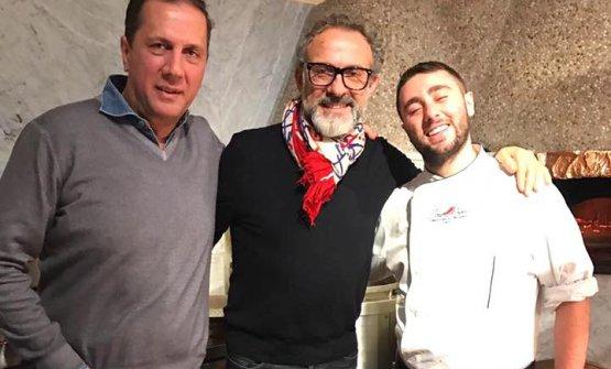 Massimo Bottura con Ciro Oliva, a destra, e Maurizio Cortese alla pizzeriaConcettina ai Tre Santi