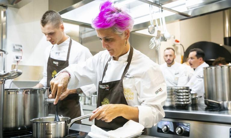 Cristina Bowerman fotografata in cucina durante la seconda serata inaugurale di Identità Golose Milano, di cui fu ospite, lo scorso 19 settembre. Ora è pronta a tornare, per essere protagonista delle cene dal 5all'8 dicembre. Per prenotazioni, visitare il sito ufficiale