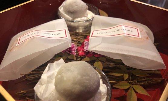 Our little box: dorayaki di copoazu e mochi di cacao di Piura.Con il caffè portano anche una scatola elegante con all'interno due dolcetti tipici giapponesi, il dorayaki e il mochi. In questo caso sono però fatti con ingredienti peruviani, il dorayaki con il copoazu (parente del cacao) e il mochi con il cacao di Piura