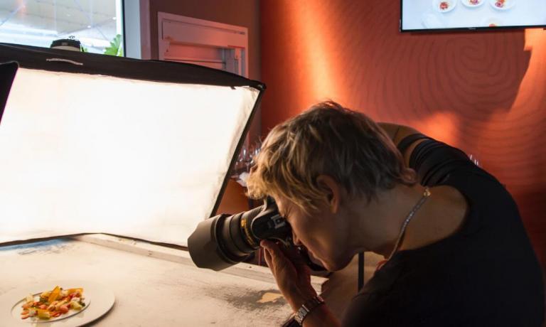 Francesca Brambilla impegnata a fare quello che ama di più: un'immagine quasi costante soprattutto durante i giorni del Congresso di Identità Golose, di cui è la fotografa ufficiale insieme alla socia Serena Serrani (tutte le foto di Marina Siciliano)