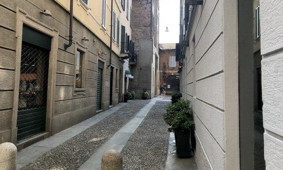 Nell'ultimo tratto di via Marco Formentini, prima della chiesa sconsacrata di San Carpoforo, l'angolino in fondo a sinistra ha ospitato a lungo un vespasiano a muro, utile sì ma dall'immagine poco nobile