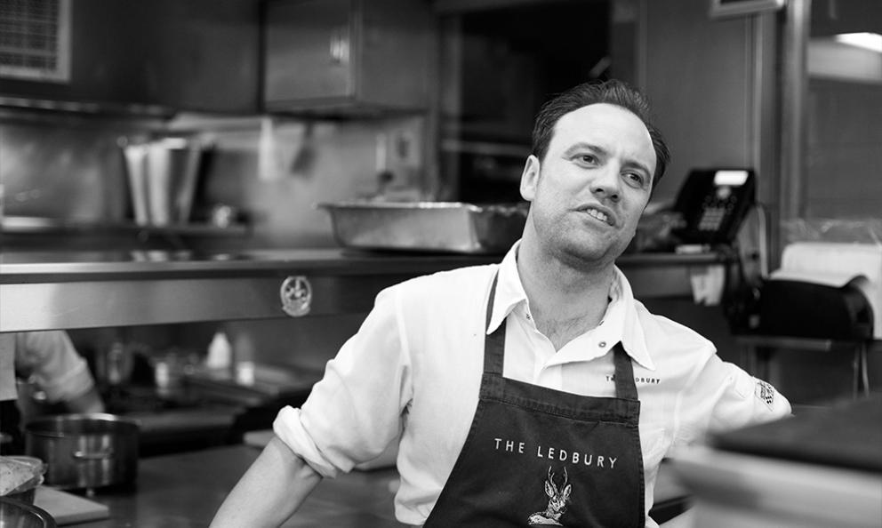 Brett Graham, chef-patron del ristorante The LedburyaLondra, 2 stelle Michelin. Australiano di Newcastle, classe 1979, dopo aver lavorato a Sydney, vince un concorso che gli consente di entrare nella brigata di The Square a Londra, al fianco di Philip Howard. Nel 2002 è già Young Chef of the Year� e 3 anni dopo apre il suo ristorante aNotting Hill. Oggi è anche al timone anche del gastropub Harwood Arms a Fulham, 1 stella Michelin (fototheledbury.com)