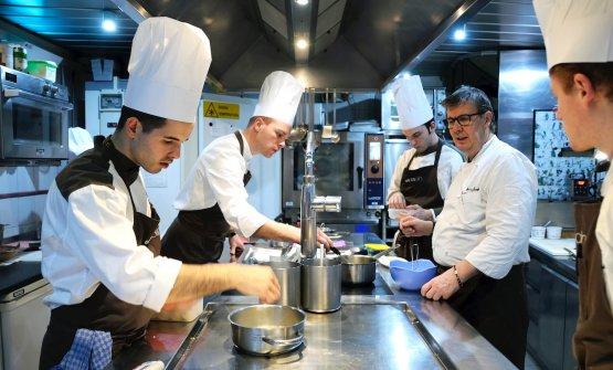 La brigata di Alessandro Gilmozzi, sulla destra nella sua cucina