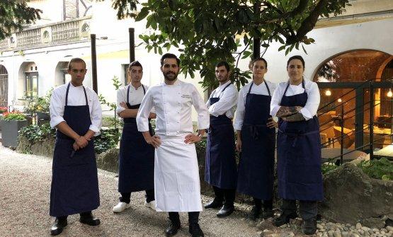Lo chef Alessandro Proietti Refrigeri, al centro, con la brigata. Da destraGiulia Seveso,Rosa Marzano,Andrea Nisticó,Giovanni Mezzina,Alessandro Furlan
