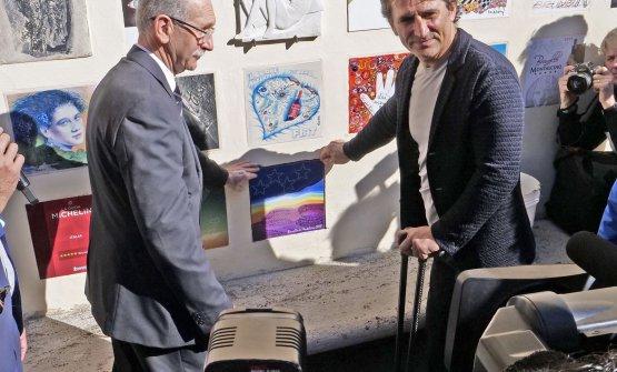La mattonella con le 4 Stelle per l'annata 2018 posizionata al palazzo del municipio (foto: Consorzio Brunello di Montalcino)