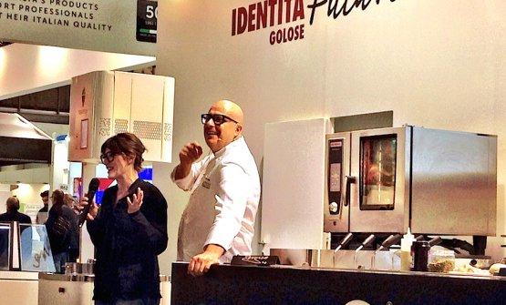Paolo Brunelli sul palco di Identità Future nella recente edizione 2017 di Host alla Fiera di Milano - Rho. Con lui la giornalista Maria Gloria Frattagli