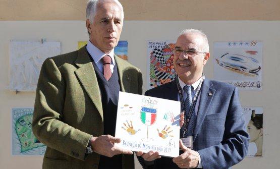 Il presidente del Coni Giovanni Malagò con il presidente del Consorzio Brunello di Montalcino Fabrizio Bindocci presentano la formella celebrativa dell'annata 2019