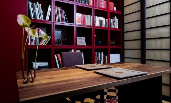 Ma noi abbiamo pranzato qui, nella saletta appartata e accogliente, con tanto di libreria