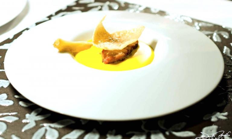 Budino di cipolle, fonduta di parmigiano e porro fritto