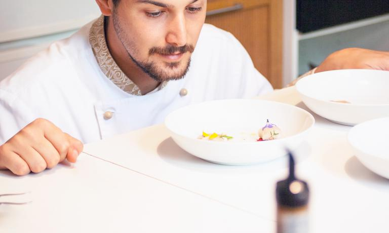 Sono dieci i finalisti del Premio Birra Moretti Grand Cru e i loro piatti (sopra, Cosimo Bunicelli). A questo link è possibile votare le ricette, fino al 14 ottobre