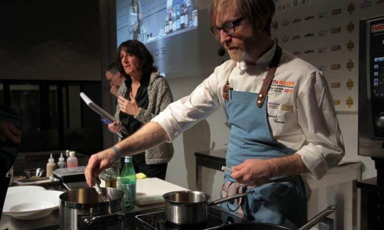 Daniel Burns ha aperto un ristorante a New York, Luksus at Torstche in danese significa Lusso-e-Sete, in cui si beve solo birra