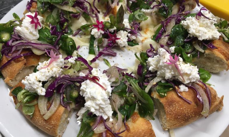 La pizza Vegetarianadedicata all'amata figliaDalila(con crudité di verdure, robiola di mucca e il blend di spezie dell'amico chefFrancesco Apreda) è una delle novità del nuovo Percorsi di Gusto, che Marzia Buzzanca ha trasferito all'esterno della zona rossa de L'Aquila, rinnovando anche il menu.L'articolo diTania Mauriper la newsletterIdentità di Pizza(per leggerla regolarmente,iscriversi gratuitamente qui)