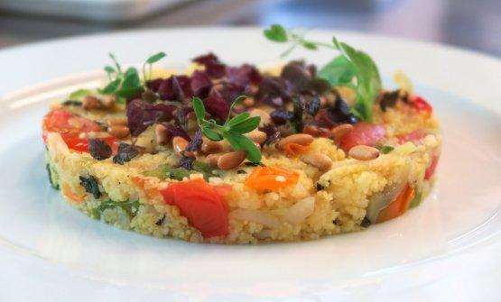 Il Cous cous di mais, senza glutine di Max Noacco, chef diAl Tiglio cucina naturale, ristorante vegano diMoruzzo (Udine) (foto del servizioaltiglioveg.it)